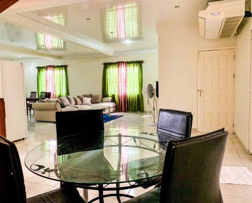 Vakantiehuis-Suriname-Agila-zitruimte-